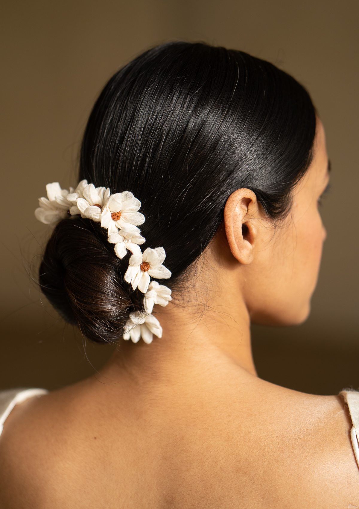 Sarangi White Flower Hair Accessory