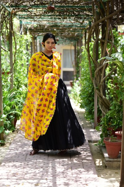 Soorajmukhi yellow Flower Print Scalloped Cotton Dupatta